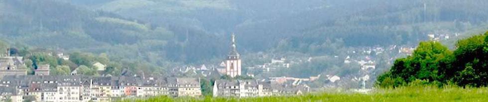 Panoramaansicht der Stadt Siegen mit Blick auf die Nikolaikirche mit Krönchen und das obere Schloss