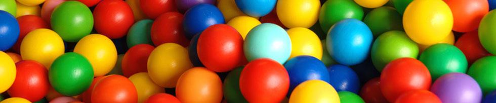 Viele verschiedenfarbige Plastikspielbälle